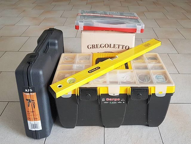 The tools every #curator needs for a show: #driller #bits #bubblelevel #meterstick #hammer #screws #plugs #nails #bottlesofwine.  #SentieriNonEuclidei with works by @mirco.baricchi and @scodrinsky @dolomiticontemporanee #Casso. #ContemporaryArt #curating https://t.co/lZ1RHvyaBx
