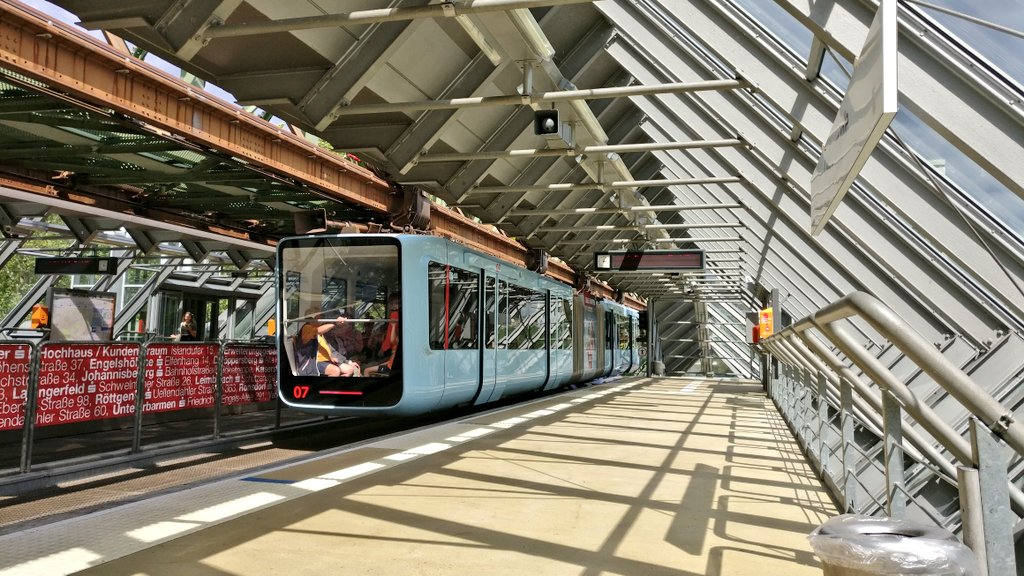 EA4 I5aXoAAkvpG - The Schwebebahn reopens!