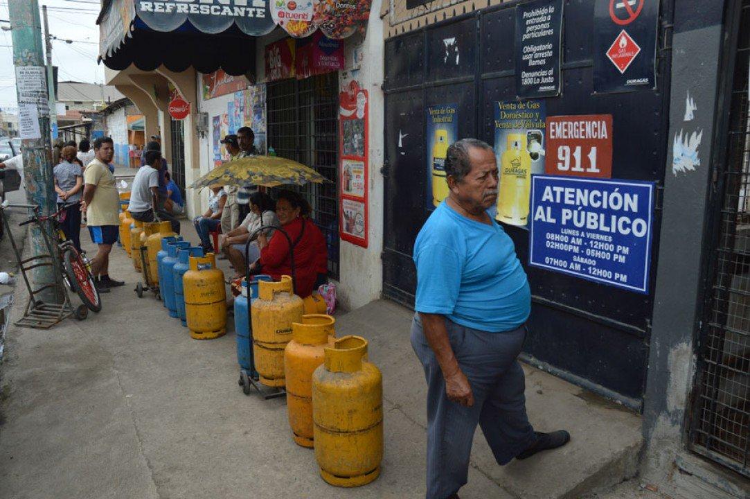 Hacen fila desde las 06:00  Continúa escasez de #gas en #ElOro. Más detalles aquí 👉🏻