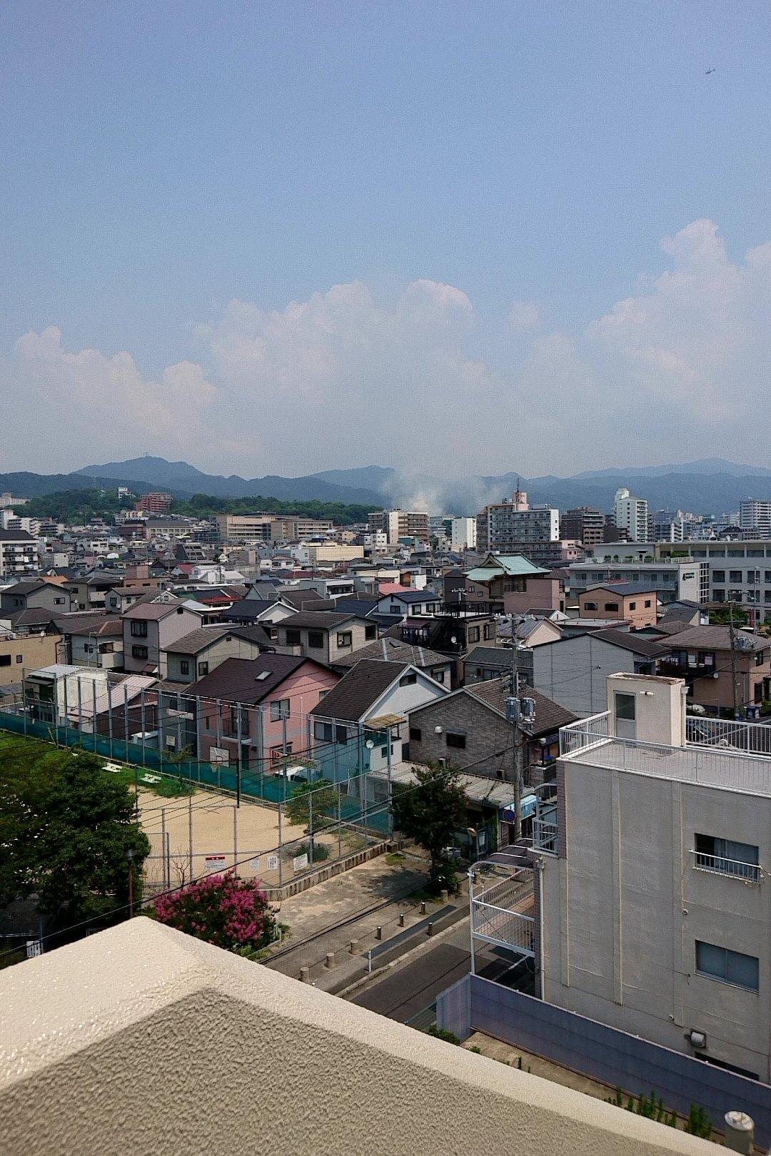 神戸市兵庫区石井町で大量の黒煙を上げる火事が起きている現場画像