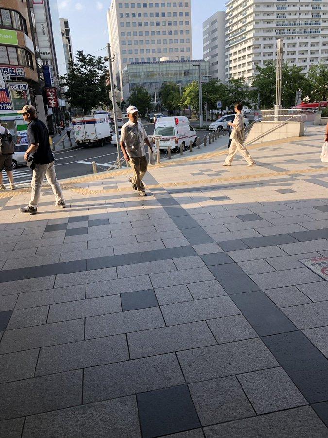 函館線の札幌駅の人身事故で救急車が到着している画像