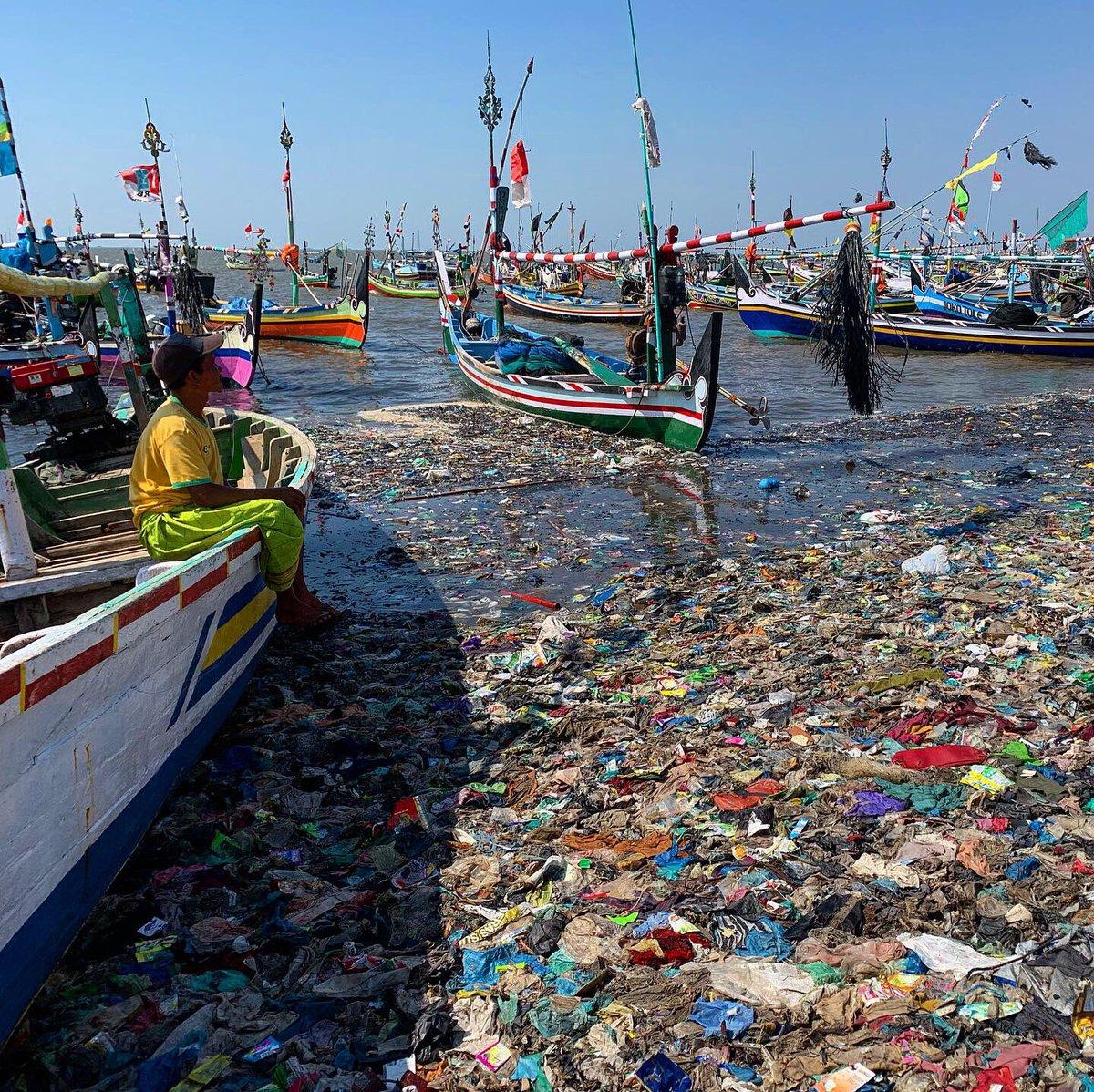 Cet endroit pourrait être un paradis. C'est devenu un enfer. L'enfer du plastique. Photos prises aujourd'hui en Indonésie. Reportage à venir.