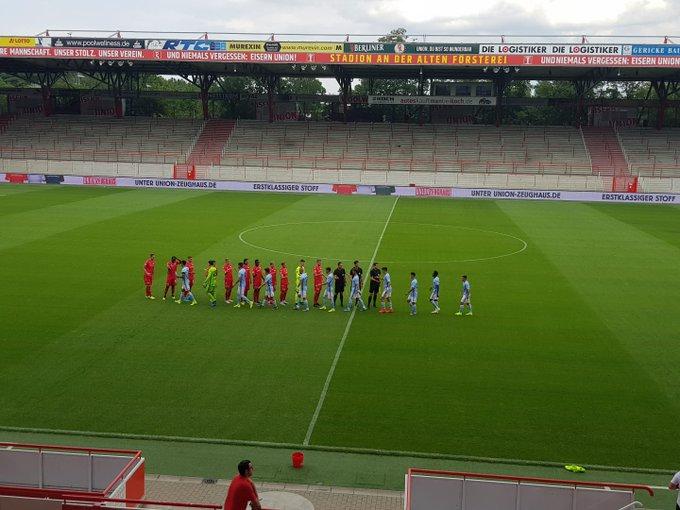Los jugadores saludándose antes del comienzo (Foto: RCCV).