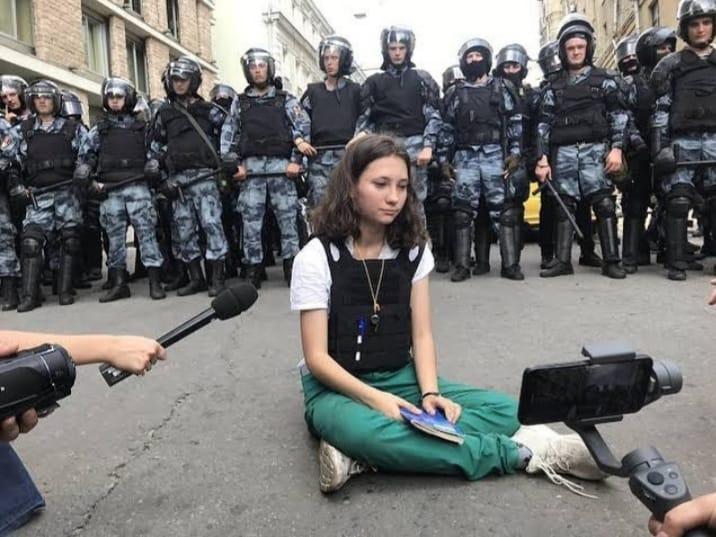 Durante protestos pró-democracia em Moscou no último sábado, Olga Misik, uma garota de 17 anos, ficou sentada em frente a policiais lendo a constituição Russa que garante o direito à manifestações pacíficas.  Lute como uma garota! ✊❤️ https://t.co/wHoLDXbAEN