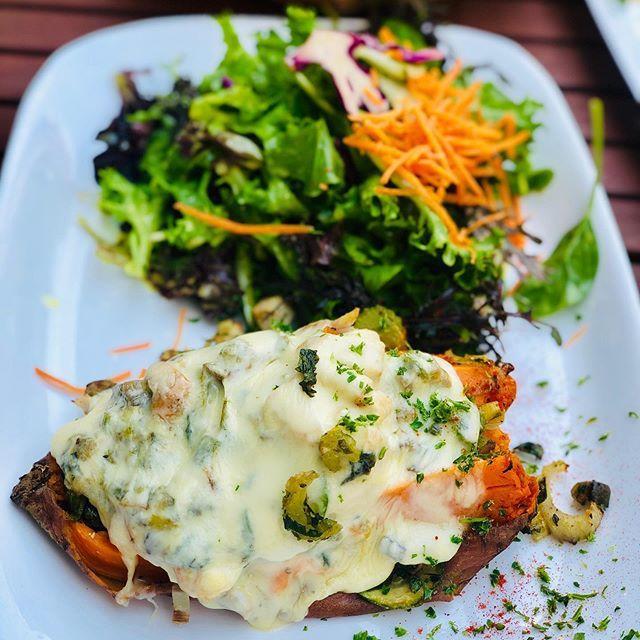 Zum Lunch mit meinen zwei neuen guten Freundinnen @ni.ka.ste @natha_liana war Ich heute mal wieder in der Grossstadt Lunchen und es war heute mal wieder sehr gesund, mit einer überbackenen Süßkartoffel und Salat. #lindaubodensee #grossstadtlindau #health… https://ift.tt/31azyaPpic.twitter.com/B2ic0T6W6q