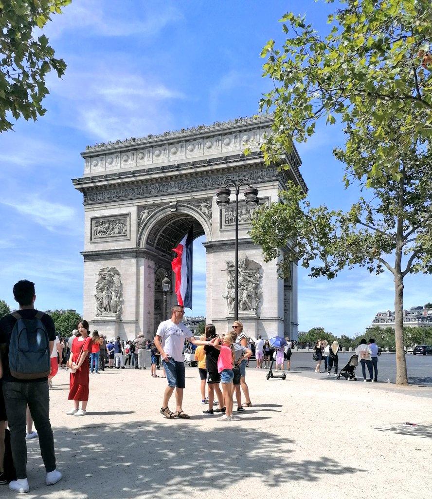 J'ai finalement marché jusqu'aux Champs-Élysées 😁 #TouristeBestLife #ChampsElysees https://t.co/Qly0XM9le8