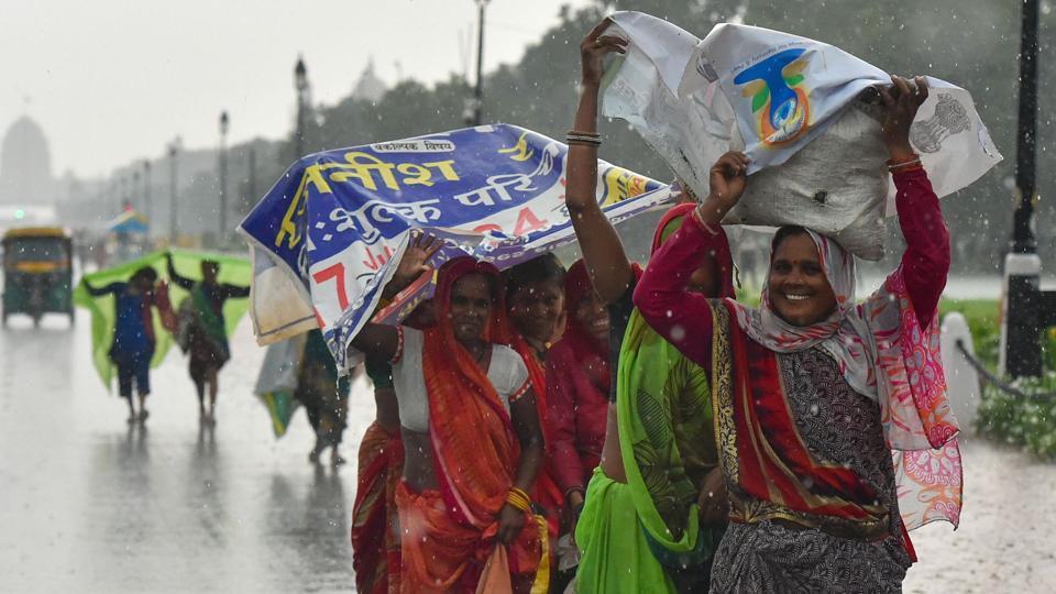 #DelhiRains | Rains lash parts of Delhi, temperature dips to 27 degrees  https://www.hindustantimes.com/india-news/rains-lash-parts-of-delhi-temperature-dips-to-27-degrees/story-PgShuoznvNBMNRD17w876K.html…