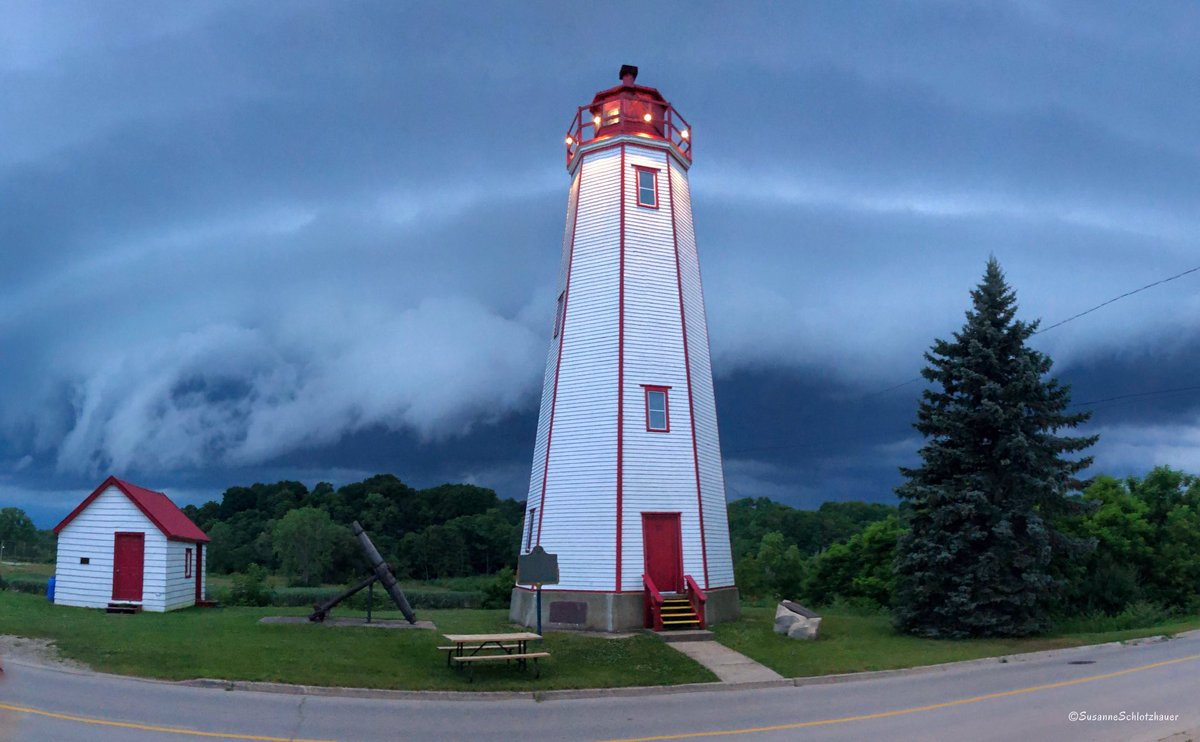Approaching #onstorm #onwx #weather #lighthouse #LakeErie – at Port Burwell Lighthouse