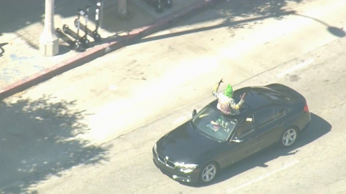 Venice Beach car chase takes bizarre turn https://reut.rs/2Y4HPLB