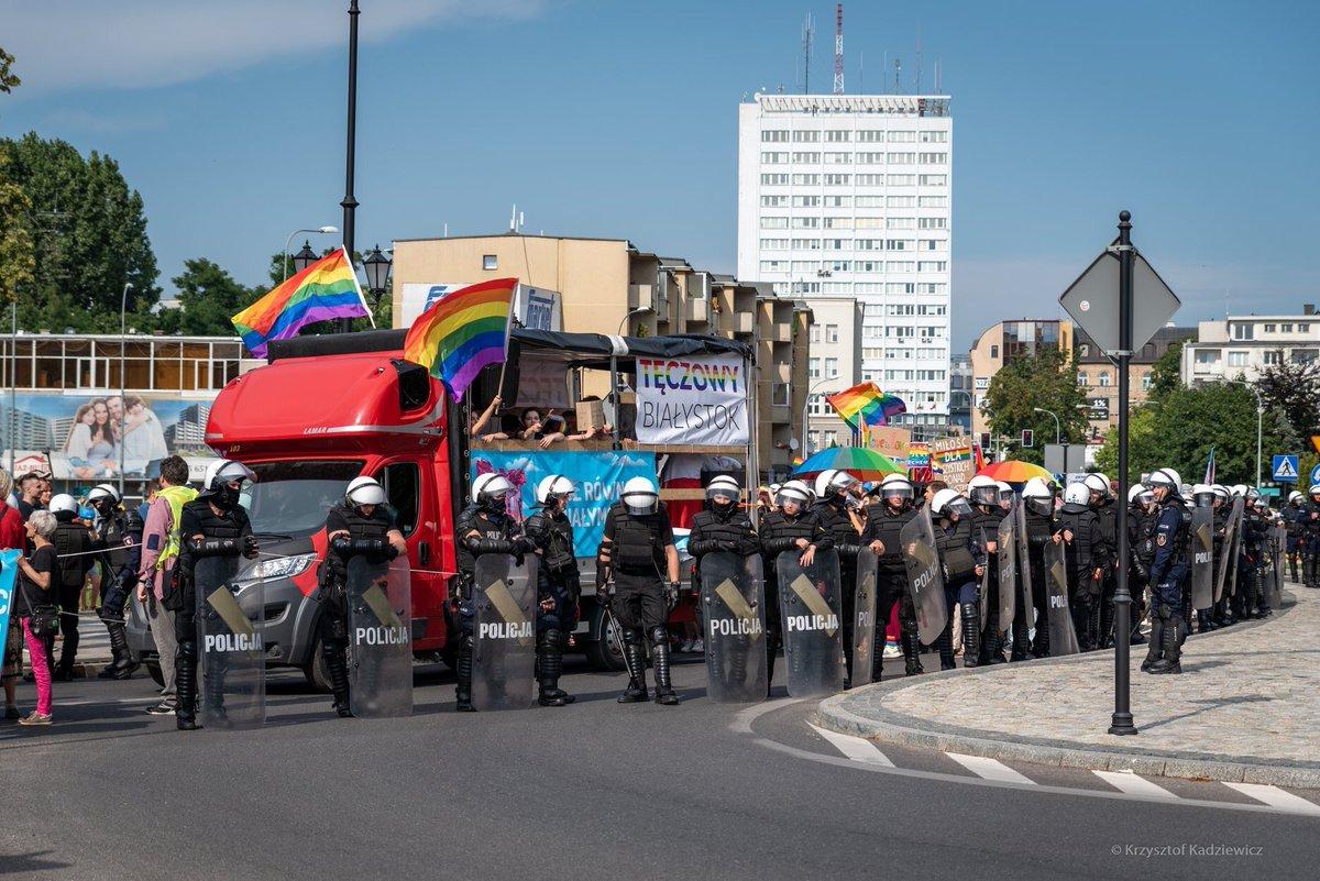 In #Polonia, a #Bialystok il primo storico #Pride cittadino è stato attaccato da squadre dell'ultradestra sovranista. Molti partecipanti sono stati pestati a sangue; la polizia, a sua volta attaccata, è intervenuta a fatica. Una vergogna intollerabile per l'Europa democratica