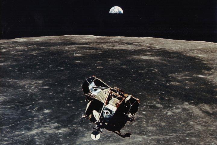 Terra, Lua e o módulo lunar 'Eagle' (Águia), que decola para casa.Earth, Moon and the Eagle lunar module, that takes off for home.21/Jul/2019 #Apollo11 #Apollo50th
