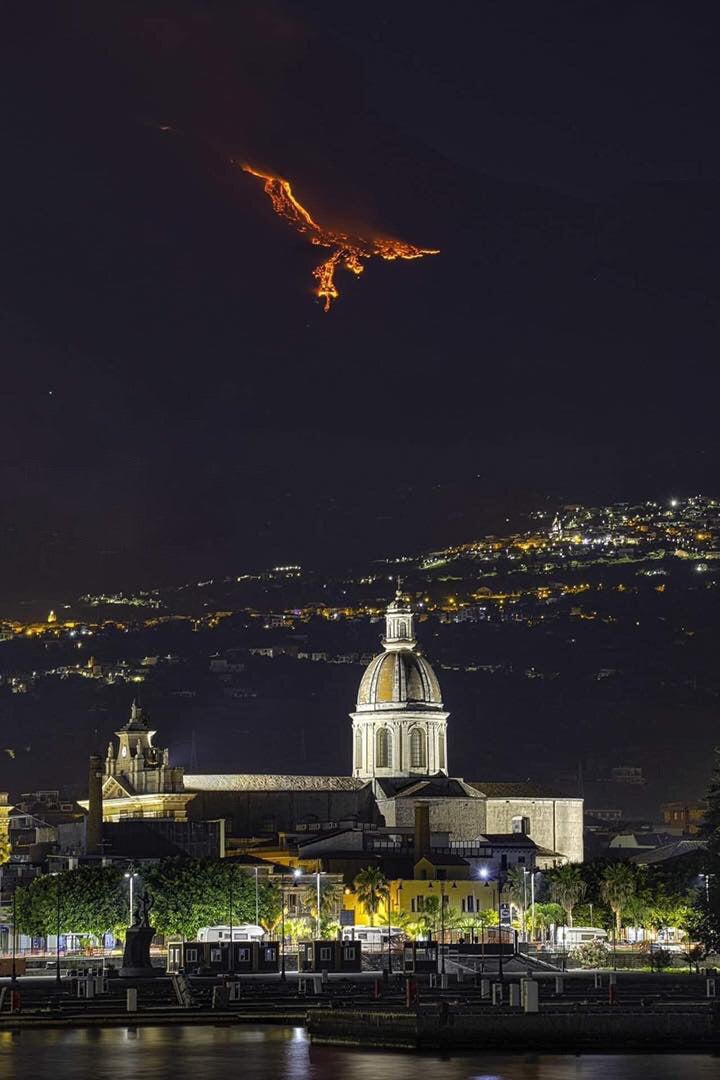 Etna Volkanının lavlarla oluşturduğu görüntü. Anka kuşunu andırıyor.