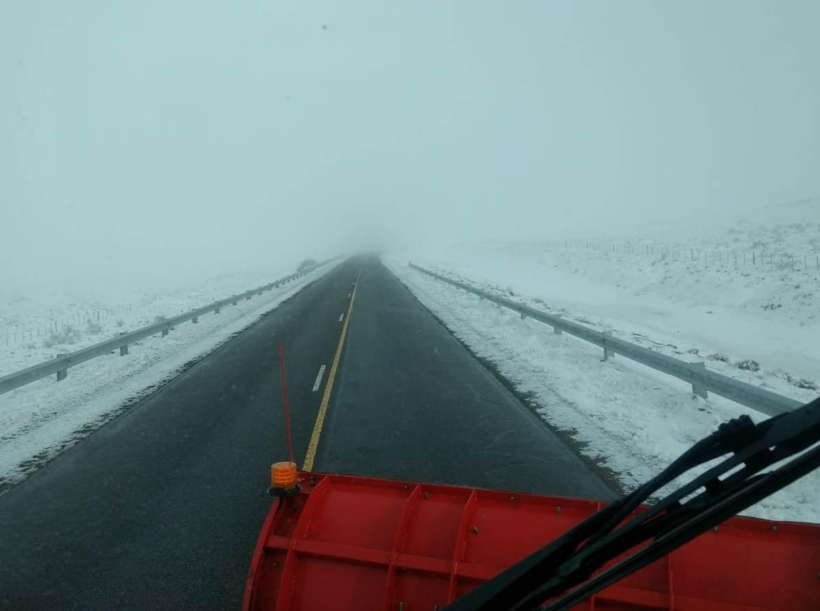 #Chubut 21/07/19 12:30hs Ruta N25 tramo Paso de Indios-Tecka (trayecto #Trelew-#Esquel): calzada húmeda, resbaladiza en sectores, banquinas con nieve. No está nevando. Camión Barrenieve de #VialidadNacional trabajando en ruta. Bancos de NIEBLA. Visibilidad reducida. Precaución.