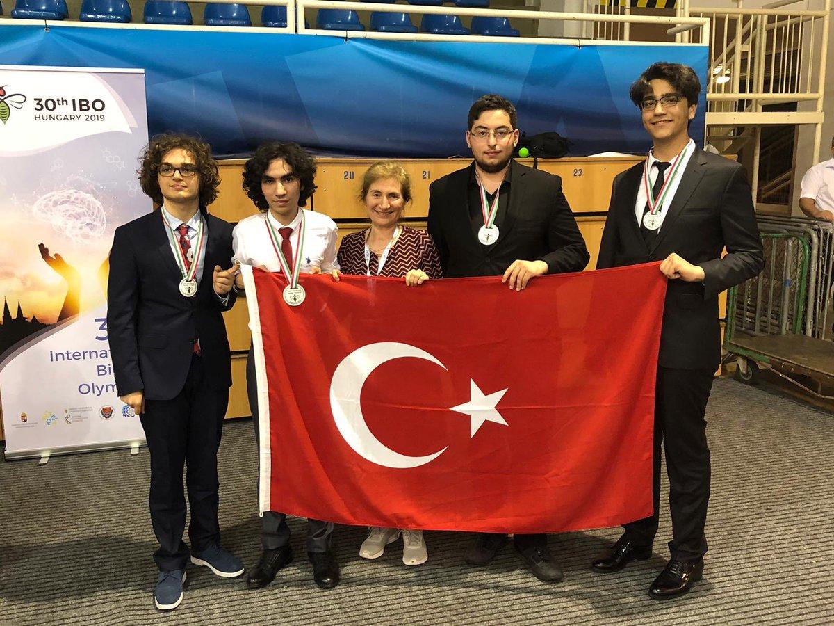Macaristan'da gerçekleştirilen 30. Uluslararası Biyoloji Olimpiyatlarında Kabataş Erkek Lisesi'nden Yiğit Can Ateş Altın Madalya kazanmıştır. Öğrencimizi ve bu başarıya ulaşmasında destek olan herkesi tebrik ederiz. Yolun açık olsun Yiğit Can. #Eğitim2023 @tcmeb