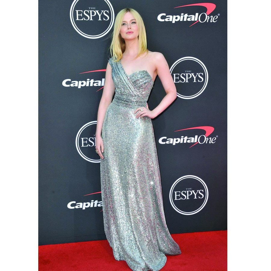 This #CelebSunday 's slow clap goes to @ElleFanning who GLOWS in this @Celine sparkling gown as the presenter at the #ESPYS #sixandsutton