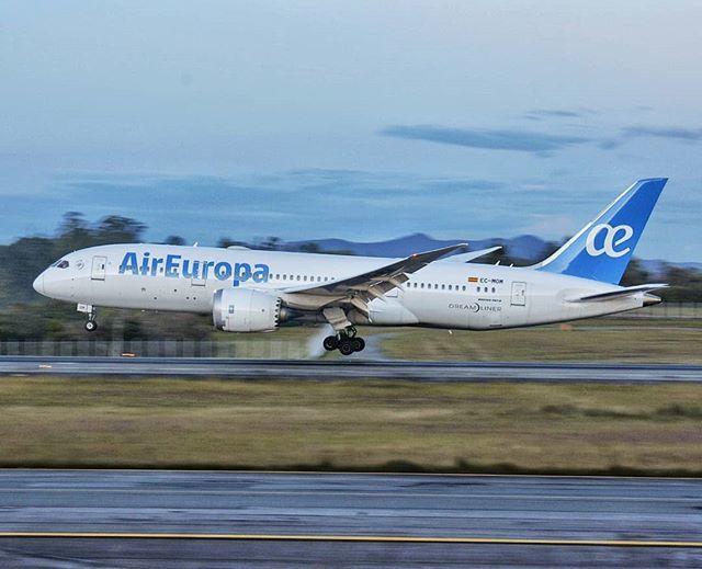 Ayer, Aterrizando en MDE. . . . . #LatSpotters #Avgeek #Instagramaviation #megaplane #787 #787lovers #Dreamliner #SKRG #AirEuropa