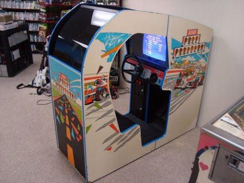 #Arcade #flashback #PolePosition: deze game had ik al eens in een zeer simpele versie op de #Atari2600 gespeeld. Maar op een #80s vakantie met mijn vader kwam ik in Boston een cockpit-achtige versie van Pole Position tegen. Zoiets had ik nog nooit eerder gezien. Mind. Blown.