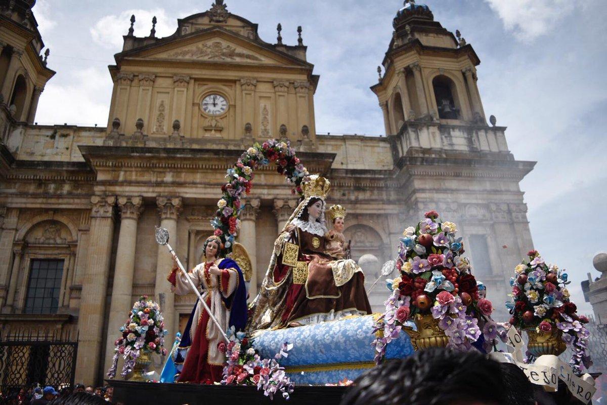 La procesión de la Virgen del Carmen del Templo del Carmen en su recorrido por la zona 1. Fotos: Edgar Pocón.
