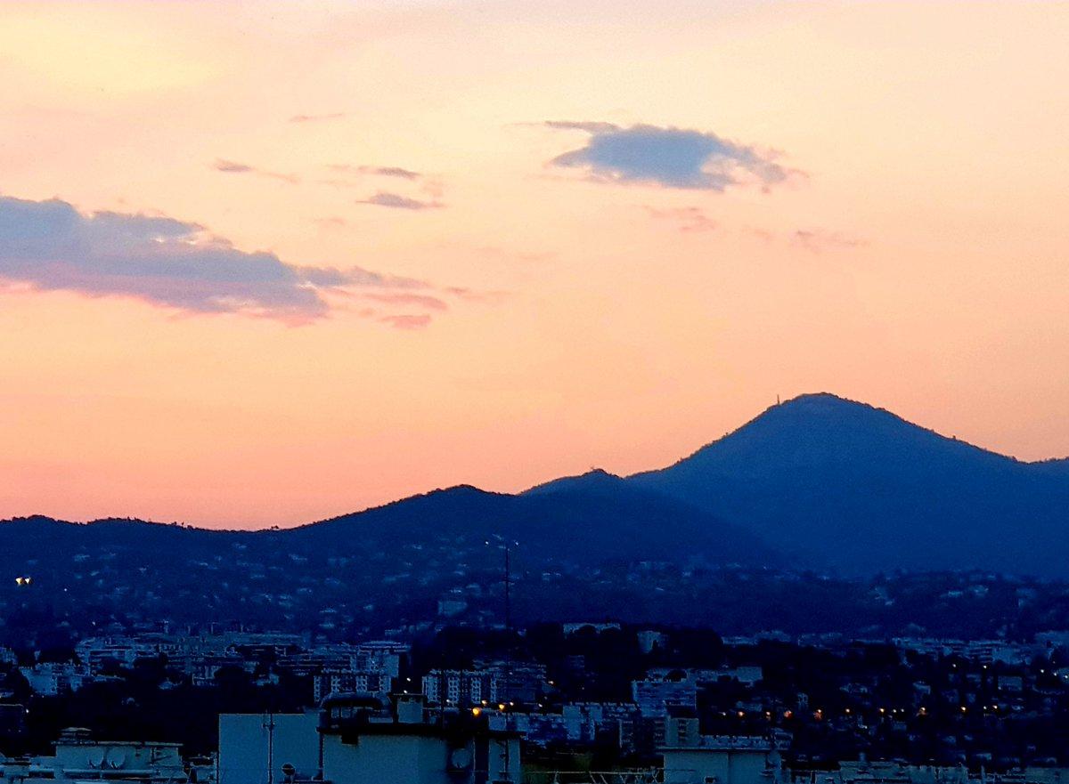 Le Mont Chauve à Falicon, vu du bas du Mont Boron à #Nice06 #ILoveNice #NiceMoments #CotedAzurFrance #cotedazurnow #MagnifiqueFrance #ExploreNiceCotedAzur   @nicetourisme @VisitCotedazur @NCATourisme