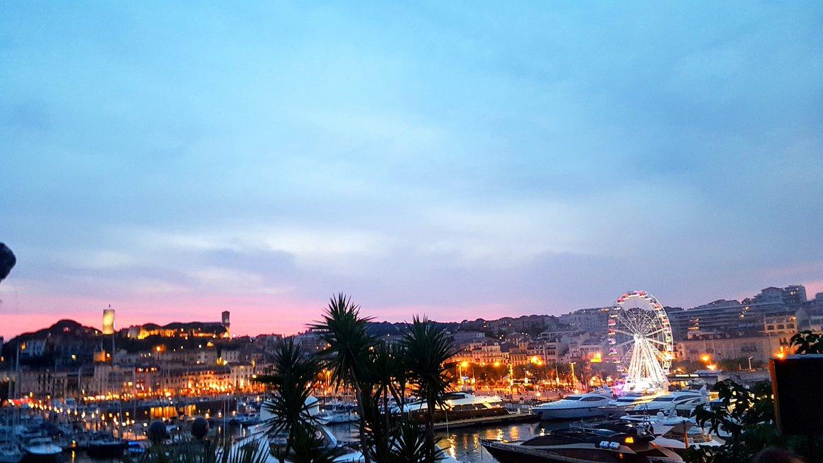 #Sunset sur #LeSuquet depuis #LeBalDesFous !!! Avec la participation exceptionnelle de @jercrunchant toujours en très grande forme !!! 😉 #Cannes #CotedAzurNow #CotedAzurFrance #CannesSoleil