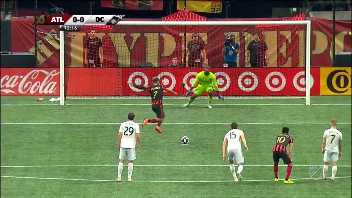 ¿Pero dónde ibas, Josef? 🙈 ¡Vaya 'paradinha' más extraña hizo Josef Martínez para acabar fallando el penalti! #MLS 🇺🇸