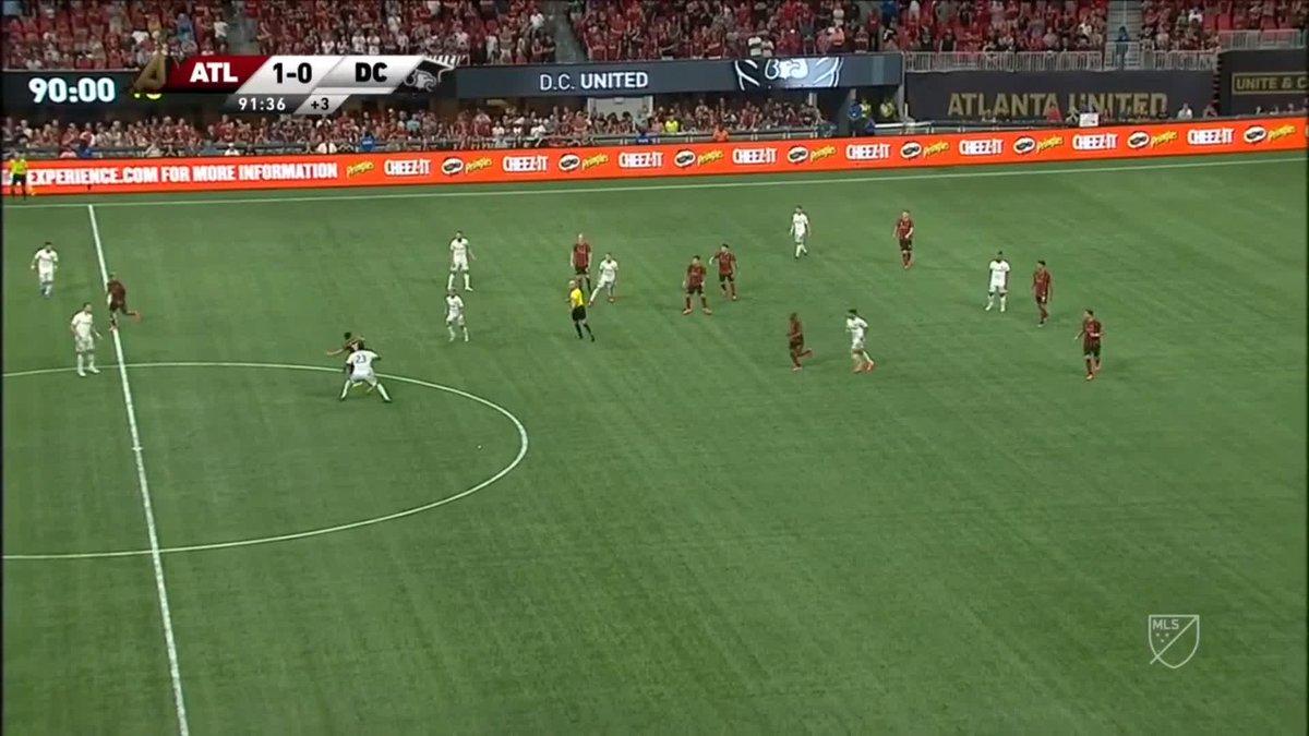 Valiente para hacer una 'paradinha' y fallar un penalti, valiente para picar el balón delante del portero 😎. Josef Martínez, el (todavía) rey del gol en la #MLS 🇺🇸