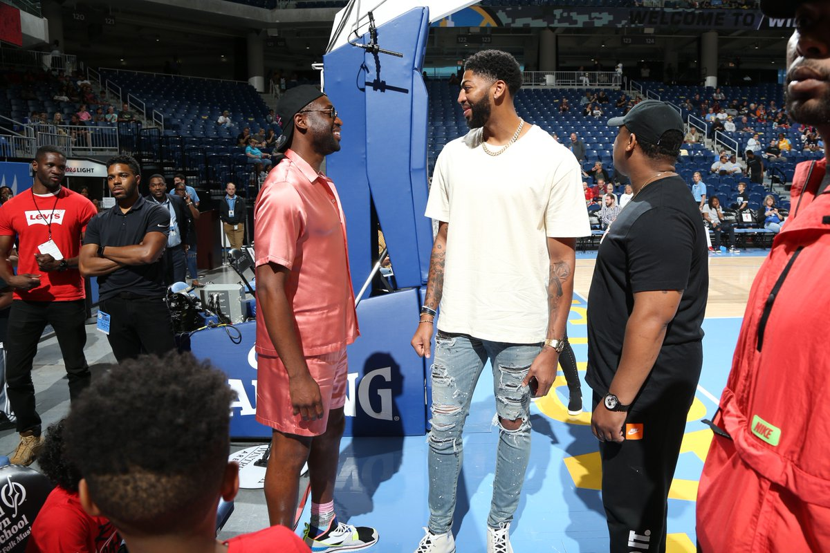 .@DwyaneWade & @AntDavis23 are taking in some Chicago Sky action on NBA TV! ✊