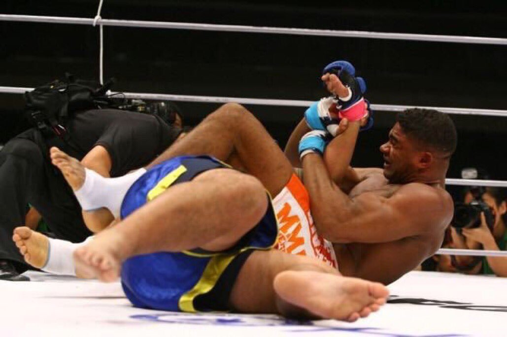Jul21.2008  Alistair Overeem earns his first victory against Mark Hunt,  when he finishes him with a keylock at DREAM 5