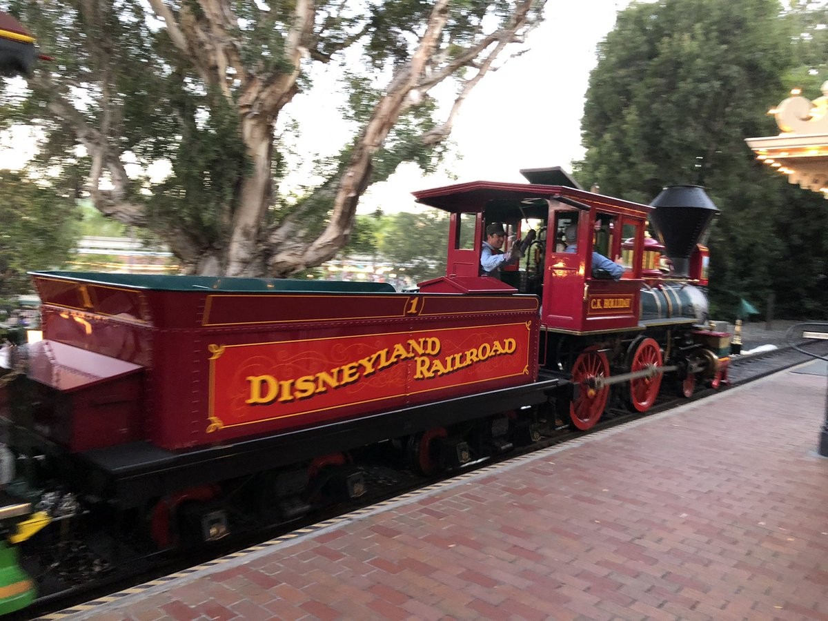 Grand circle tour on the #Disneyland Railroad. #DAPSMAGICLive