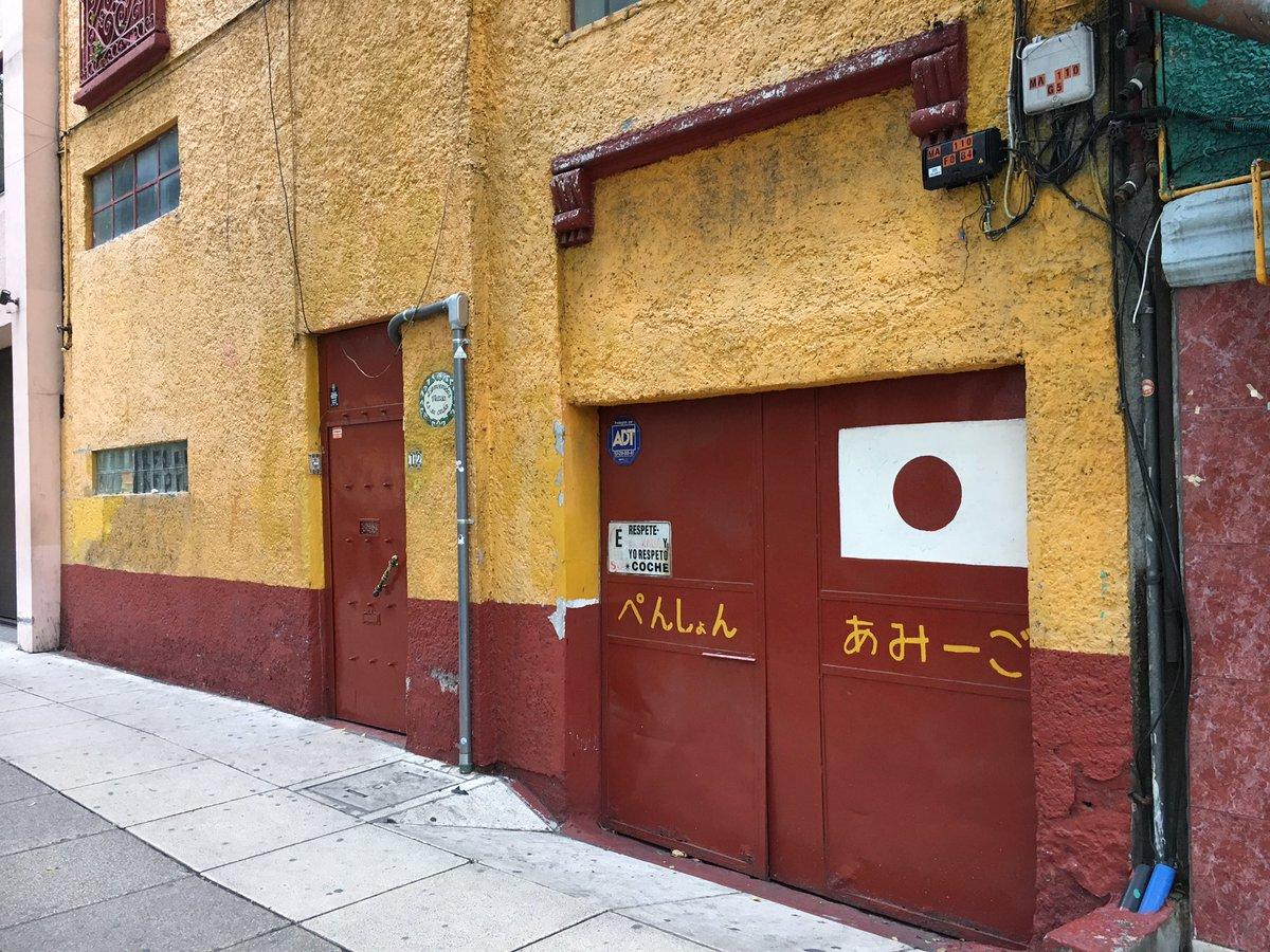 メキシコシティで半日トランジット。ウォルマートに行きたかったので、ブエナビスタへ。周辺を久々に歩いて、懐かしの宿の前を通った。僕が6年前に中南米を周遊した時のスタート地点。アミーゴ脇の警察署や向かいの屋台群とか変わってなくて、昔の情景が頭に浮かんだ。過去を振り返られる旅も面白い。