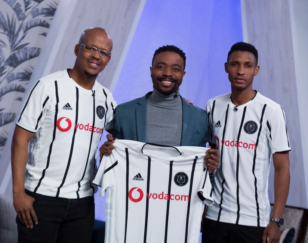 ☠ Vincent Pule issues out the first 2019/20 Official @adidasZA x @orlandopirates Home Jersey of the day to @LeHong on set of @etv Morning Show🌞😍     ⚫⚪🔴⭐ #OnceAlways https://t.co/5PqySa2kYV
