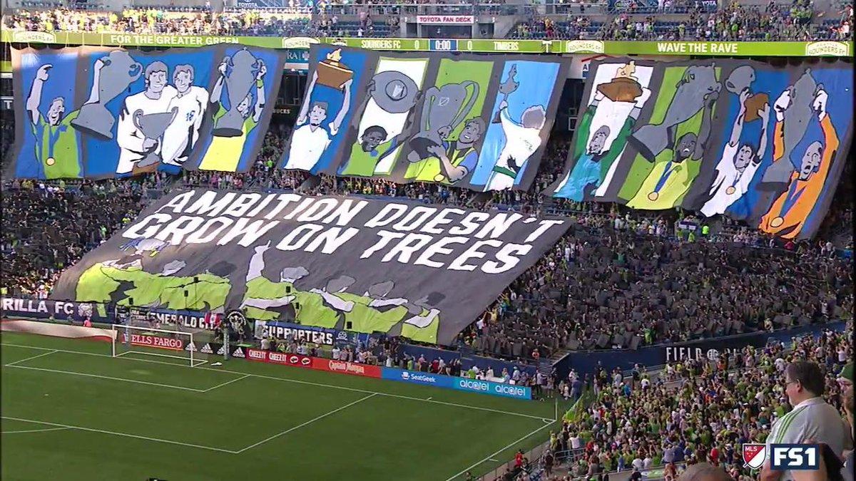 Incroyable tifo des supporters de Seattle lors du derby face à Portland 😍 ! Le stade était plein à craquer, plus de 50 000 personnes ont assisté à la victoire des visiteurs 🌲🔥