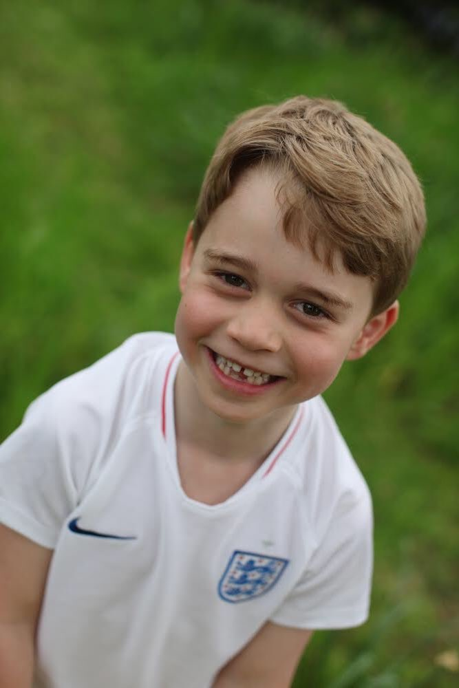 We  these pictures of Prince George in his @England shirt!<br>http://pic.twitter.com/LsdpFz9PSh
