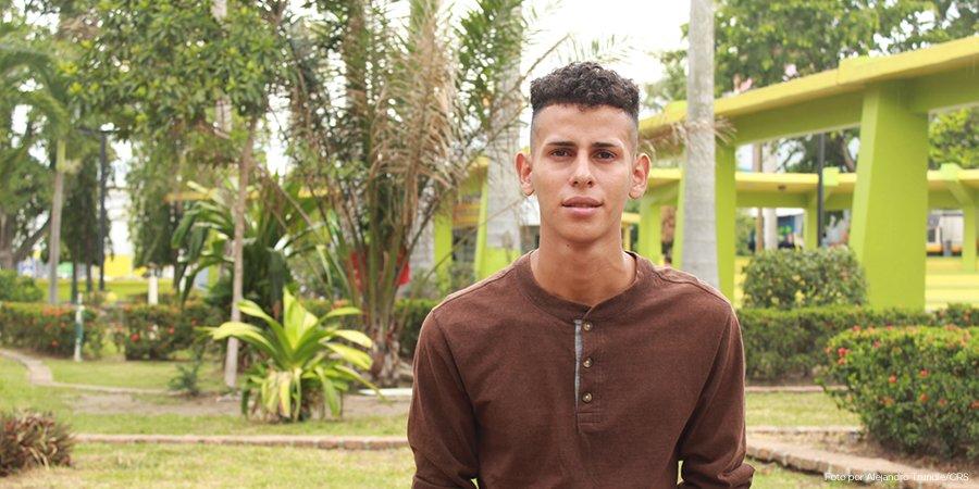 """Luis quería emigrar, pero todo cambió cuando se unió a #Jóvenes Constructores.  Pronto se graduará en ventas. Aunque sus hermanos se fueron,  él prefirió buscar oportunidades en #Honduras: """"Me siento contento pq ya tengo un trabajo, ahora puedo sustentar a mi familia"""". #Migración"""