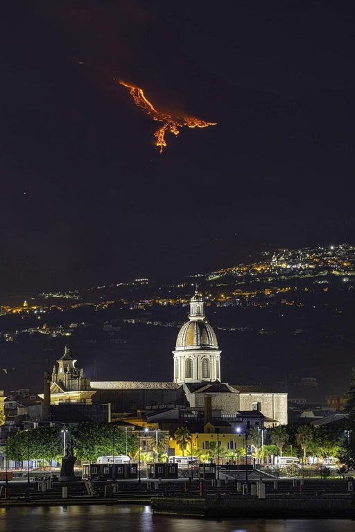 イタリア南部シチリア島のエトナ山が噴火。流れ出るマグマが、まるで夜空を羽ばたく「火の鳥」のようで恐ろしいながらも幻想的だと話題になっています。