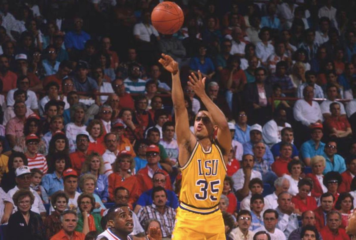 """New: #LSU is set to retire Mahmoud Abdul-Rauf's No. 35 jersey this season.  LSU AD Scott Woodward: """"He's one of the greatest of all time at LSU and incredibly deserving of this honor.""""  https:// 247sports.com/college/lsu/Ar ticle/LSU-Tigers-basketball-retire-jersey-Chris-Jackson-Mahmoud-Abdul-Rauf-2019-No-25-133829036/  … <br>http://pic.twitter.com/zVnFm11MEj"""