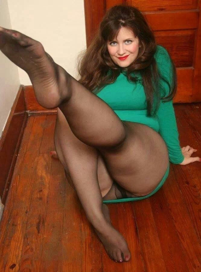 moms-in-pantyhose-nude-pissing