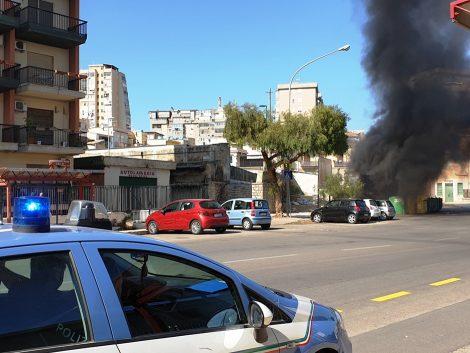 Una nube nera avvolge via Ammiraglio Rizzo, in fiamme un cumulo di rifiuti inquinanti (FOTO) - https://t.co/nFmBT3HwUr #blogsicilianotizie