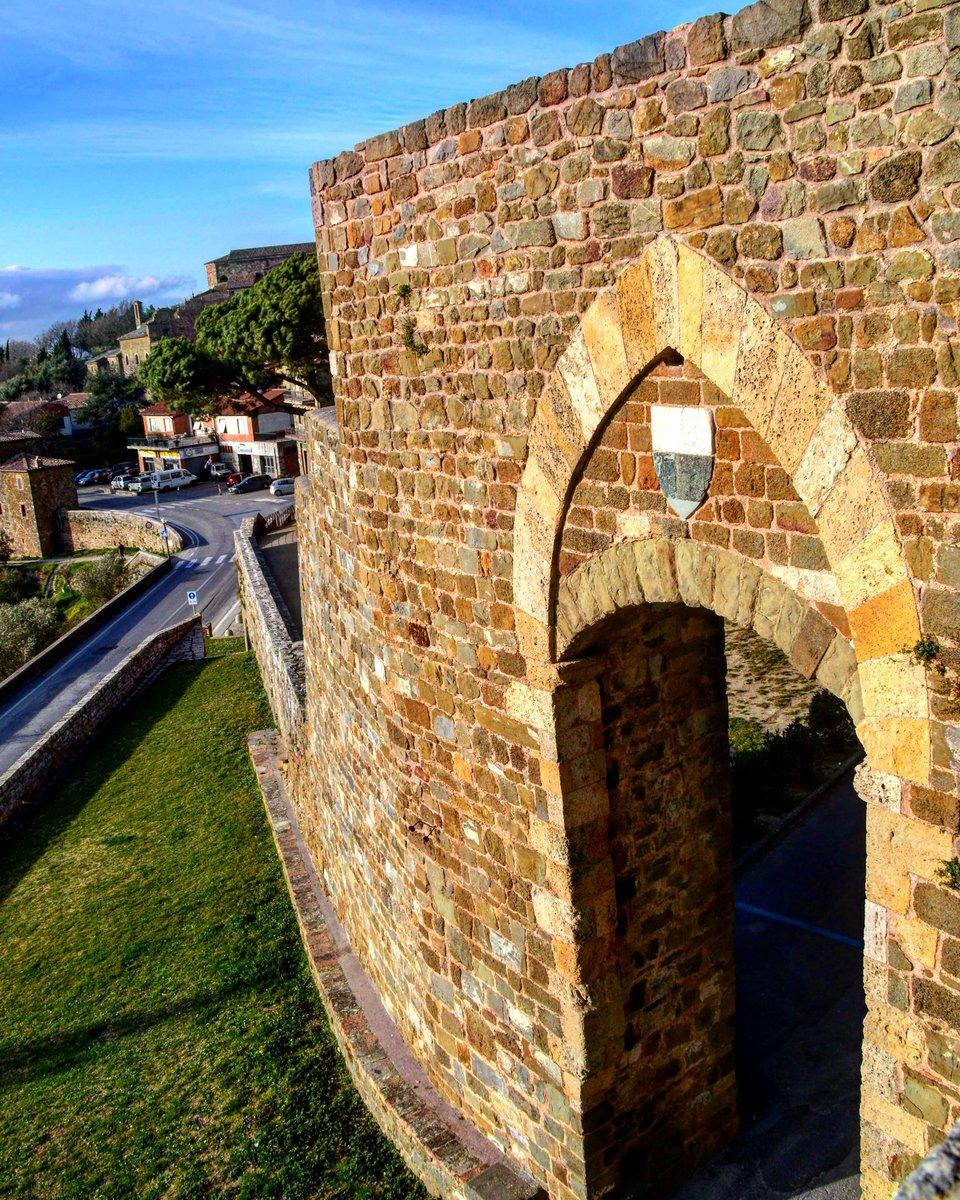 🏰 Castle on the hill 🏰 . . .  #like #follow #share #comment #subscribe #castelnuovodellabate #montalcino #borghettomontalcino #tuscany #tuscanygram #italy #italy🇮🇹 #italia #santantimo #valdorcia #travel #travelblogger #travelphotography #travelgram #travelling #travels