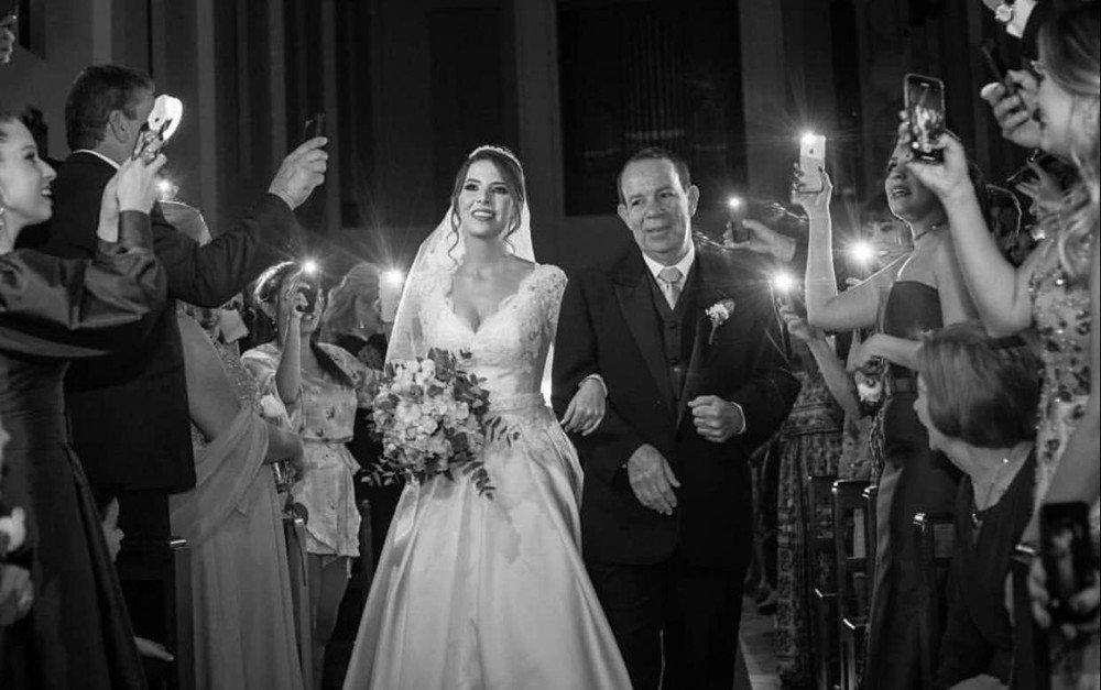 Queda de energia faz noiva entrar na igreja à luz de celulares em Uberlândia 👰🏻🤳🏻https://glo.bo/2YaMdZo #G1