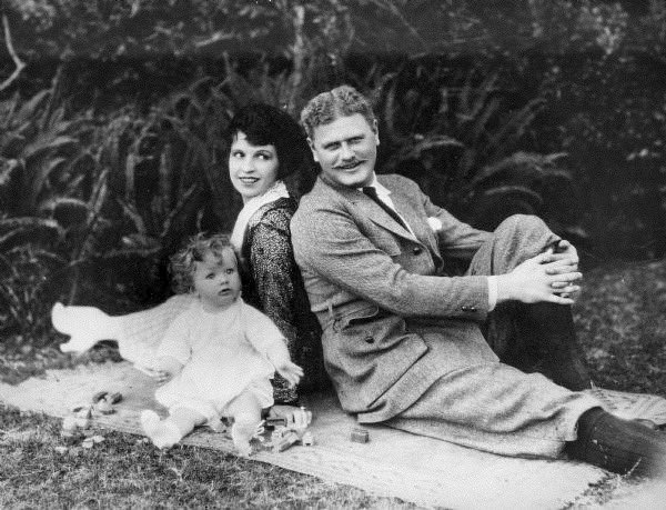 """Conrad J. Barrington on Twitter: """"Alan Hale with his wife Gretchen, and son  Alan Hale, Jr. - 1922… """""""