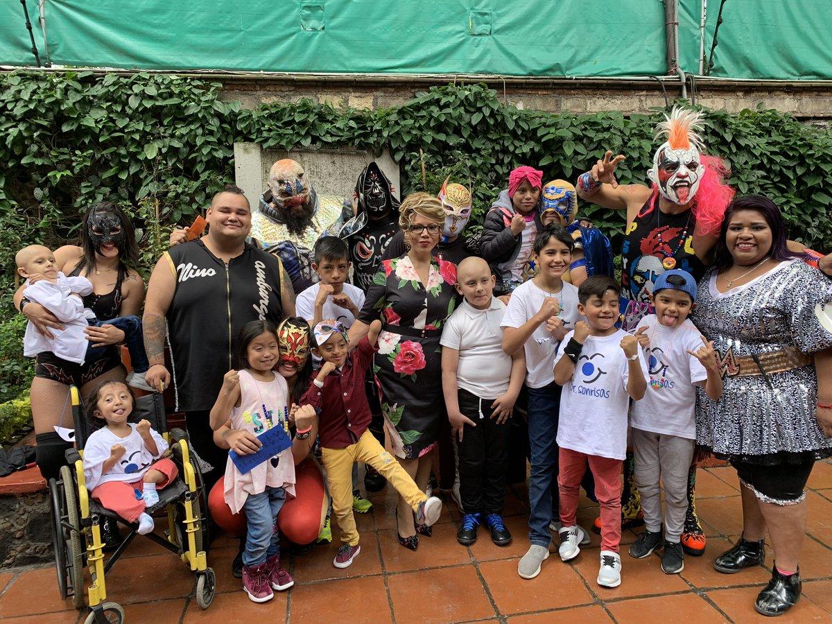 Hoy recibimos a los niños de la fundación @DrSonrisasAC en la casa de @luchalibreaaa para convivir con ellos e invitarlos personalmente a #TriplemaniaXXVII   ¡Gracias por seguir luchando! Nos vemos el 3 de agosto 👏