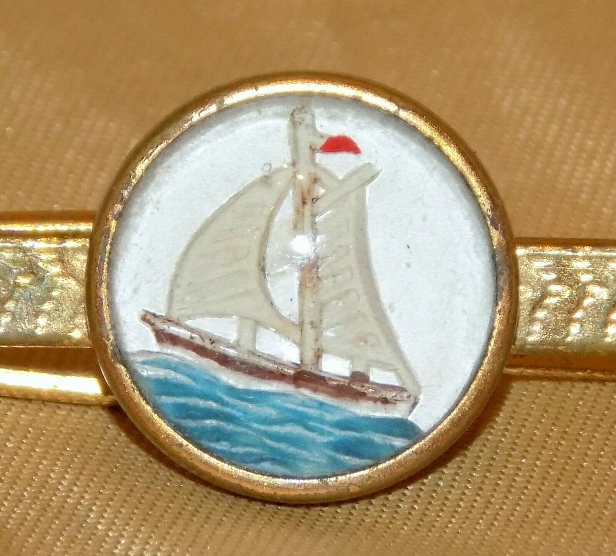 #Antiques #Militaria #Collectables #Jewellery #Auction - #Vintage Yellow Metal Reverse Painted Essex Crystal Yacht Gents Tie Bar Clasp https://www.ebay.co.uk/itm/123845969706…