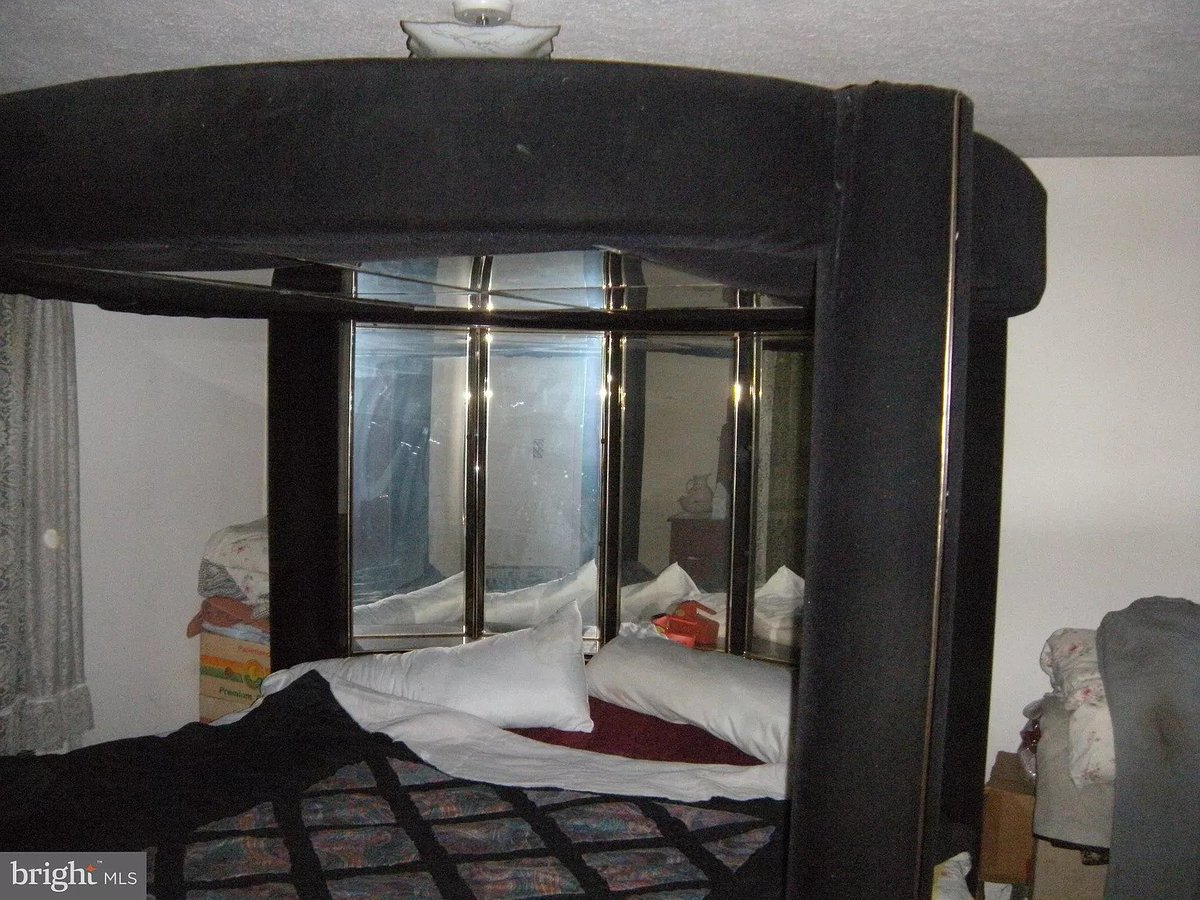 Shad On Twitter Looking Through Realtor Photos Again Check Out This Bed Mirrored Headboard Mirrored Canopy Ceiling Padded Posts Y All This Here Is A Hardcore Sex Bed Https T Co Ufs2joh4vx