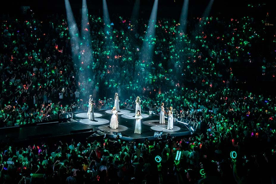 This press photo of the mint green ocean at #TWICELIGHTSinNEWARK is really beautiful.  #GetWellSoonMina<br>http://pic.twitter.com/RYUKnTEEvu
