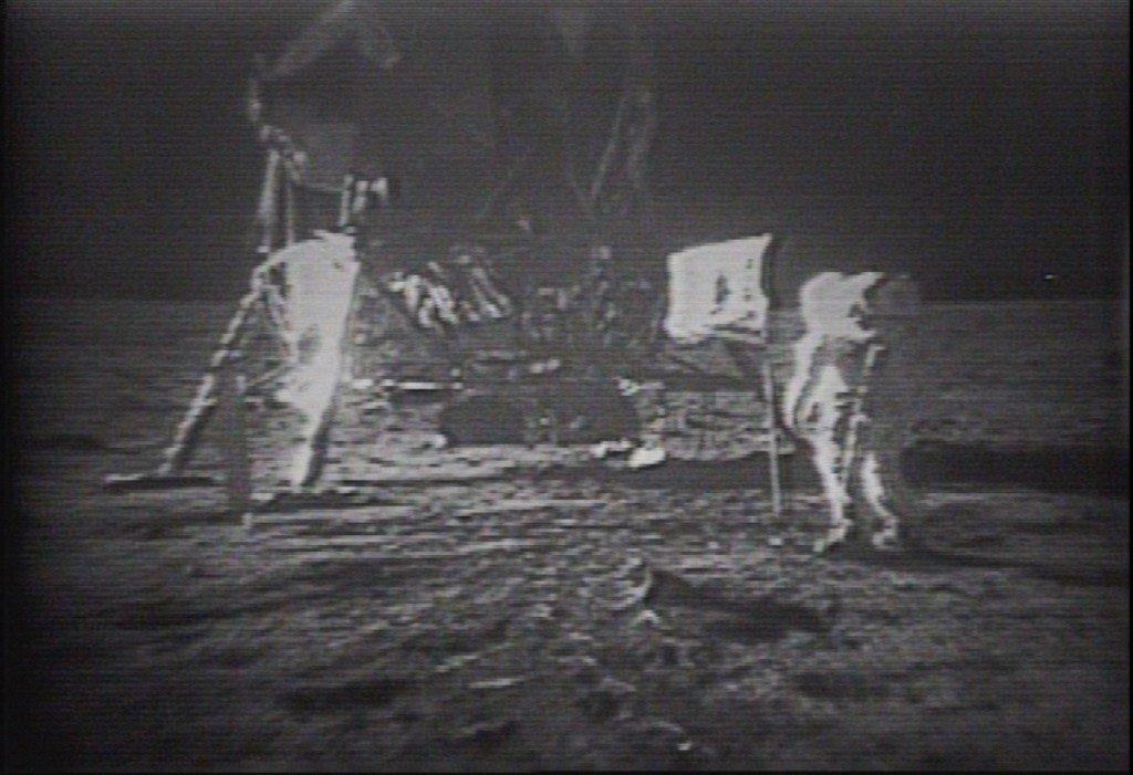 Original Apollo 11 landing videotapes sell for $1.8M https://tcrn.ch/2Yi1Z9b