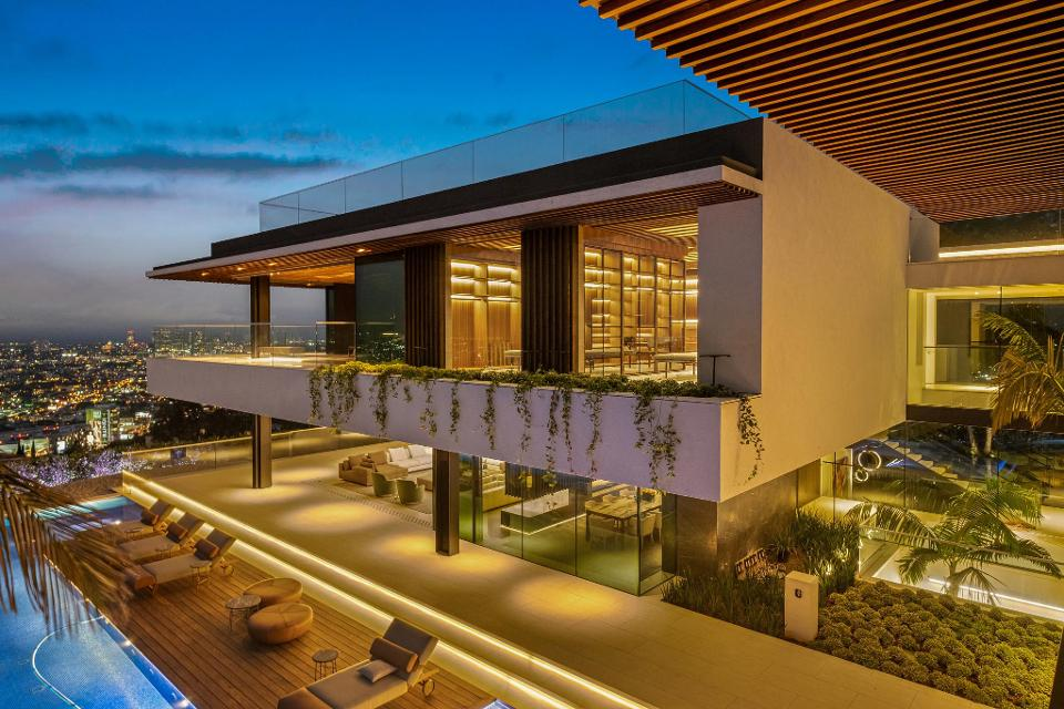 This 20,000-square-foot Hollywood Hills home just listed for $43.9 million https://www.forbes.com/sites/amydobson/2019/07/22/agents-for-highest-priced-sale-in-calif-bring-new-20000-square-foot-house-with-waterfall-to-market-for-439m/?utm_source=TWITTER&utm_medium=social&utm_content=2496246646&utm_campaign=sprinklrForbesMainTwitter#722458081915…