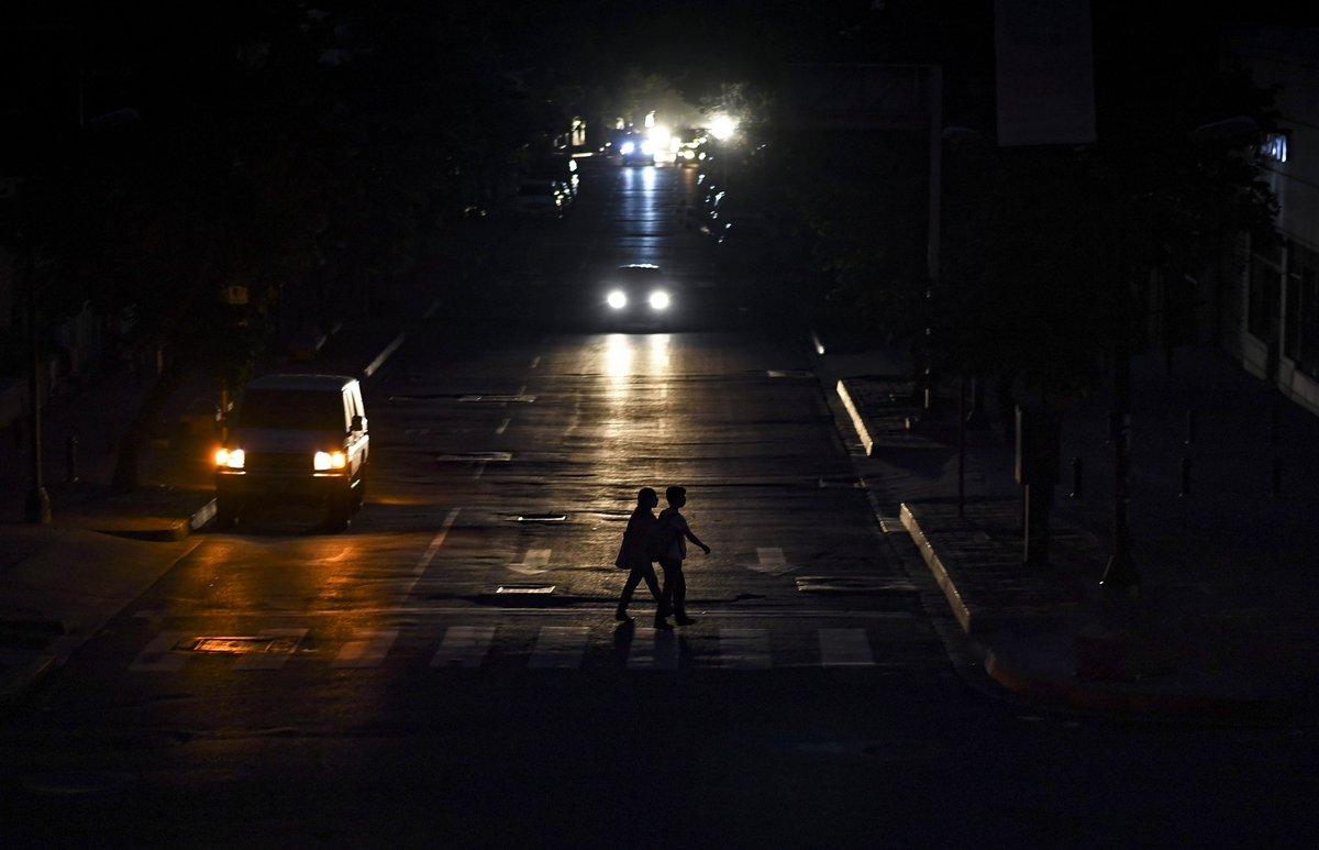 """El Gobierno de Venezuela dice que el apagón nacional del lunes se debió a un """"ataque electromagnético"""". https://cnn.it/32IJutR"""