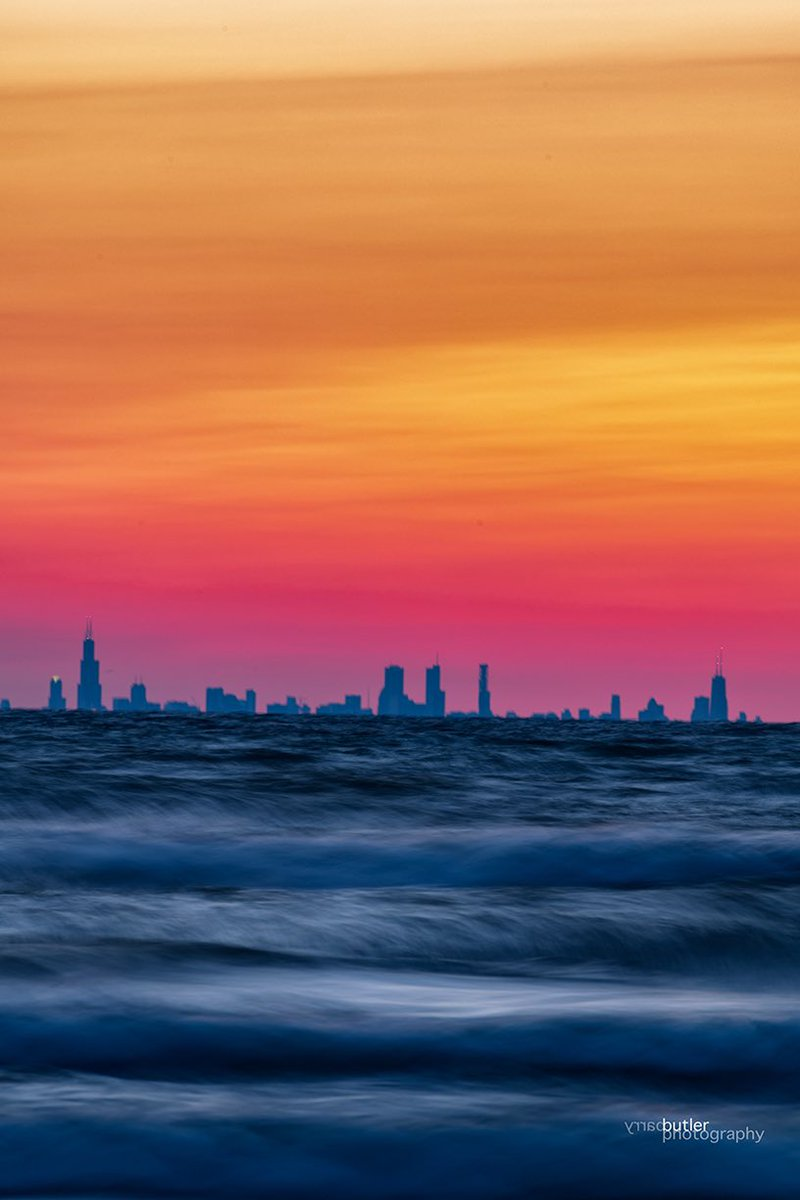 RT @barrybutler9: Layers at Sunset.  Monday evening over Lake Michigan   #chicago #news #ilwx #weather #sunset https://t.co/n4WreMxw65