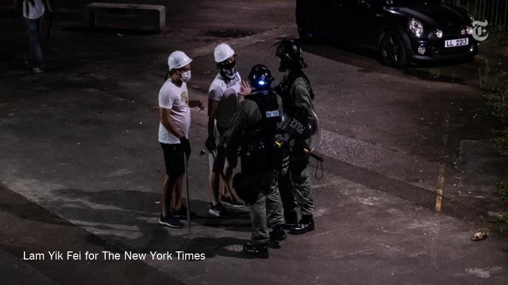 对于元朗袭击事件,元朗警方表示没有拘捕任何人,也没有找到任何武器。 但有摄影记者拍到了一段视频,其中可以看到,防暴警察与两名身穿白衣、手持金属棒或木棍的蒙面男子说话,警察与这两人分手前,还拍了拍其中一人的肩膀。https://nyti.ms/30On5cH